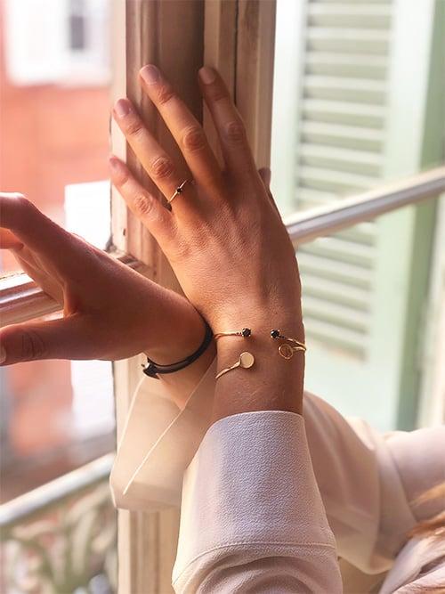 Photo Bracelets joncs avec Plaques et Pierres noires - Bague fine avec zirconium 925grammes.com
