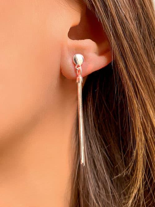 vue 3/4 boucles d'oreilles en argent avec un pompon en ragent - vue de près
