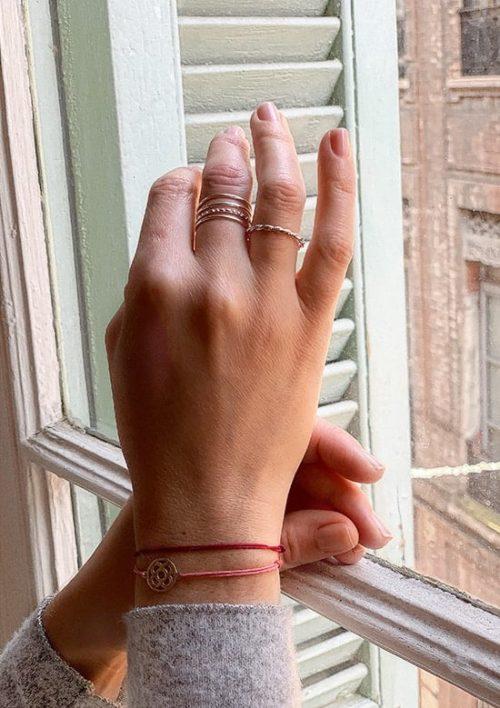 vue bague en argent 4 anneaux portée - main en appuis sur une fenètre