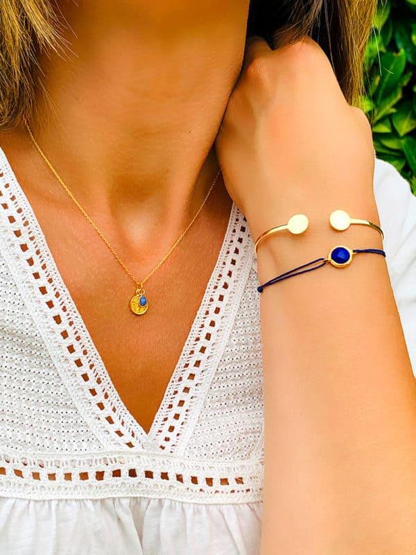 Vue de face cou et Bras relevé avec collier et bracelets en plaqué or et pierre semi précieuse