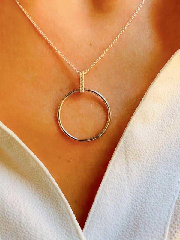 Vue de face gros plan collier en argent et zirconium pendentif cercle ajouré