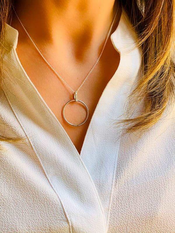 Vue de face collier en argent et zirconium pendentif cercle ajouré