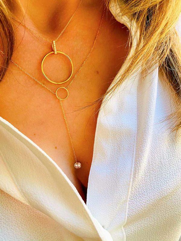 Vue de face buste avec deux colliers en plaqué or et zircons