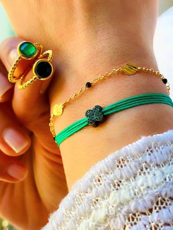 Vue de face poignet avec Bracelets Luna et cordon Fleur verte et doigts tenants 2 bagues Pierres semi précieuses