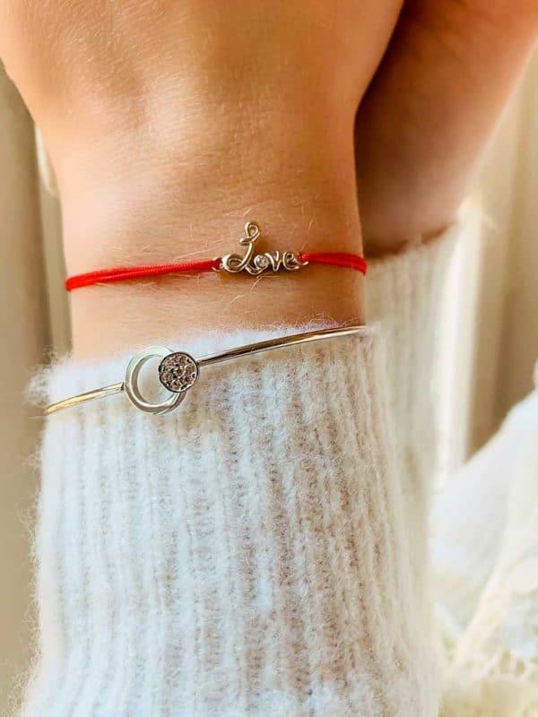 Vue de face gros plan poignet avec bracelet cordon et un love manuscrit en argent avec un zircon, et le bracelet Laura un jonc avec deux cercles en argent et zirconium
