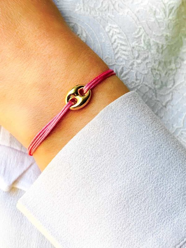 Vue de face gros plan poignet bracelet cordon avec pampille maille marine en plaqué or