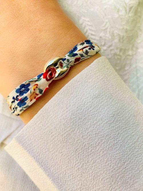 Vue de face gros plan poignet avec bracelet cordon Liberty et une maille marine en argent