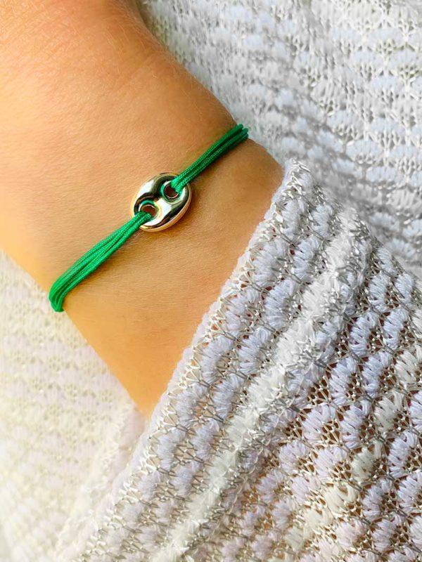 Vue de face gros plan poignet avec bracelet cordon vert et une maille marine en argent