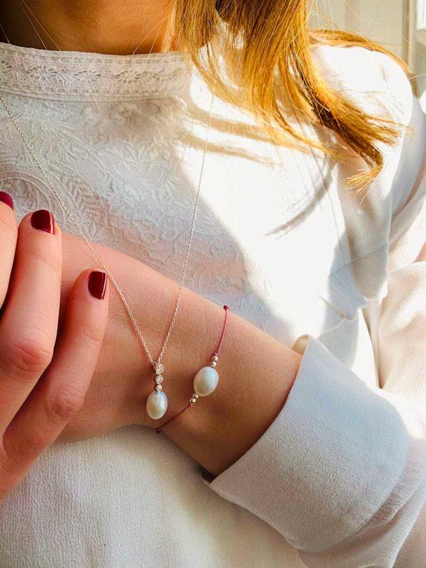 Vue de face buste avec collier avec perle et zircons et bracelet cordon avec perle baroque et petites perles en argent