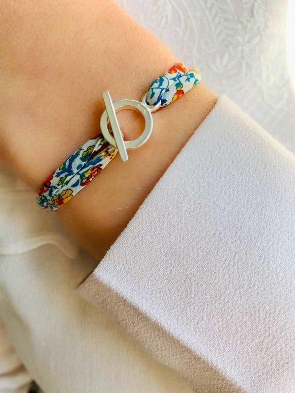 Gros plan poignet avec bracelet cordon liberty et fermoir à attache en argent
