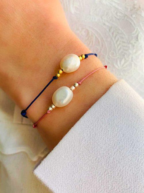 Vue de face gros plan poignet avec bracelet cordon perle baroque et petites perles en argent ou plaqué or