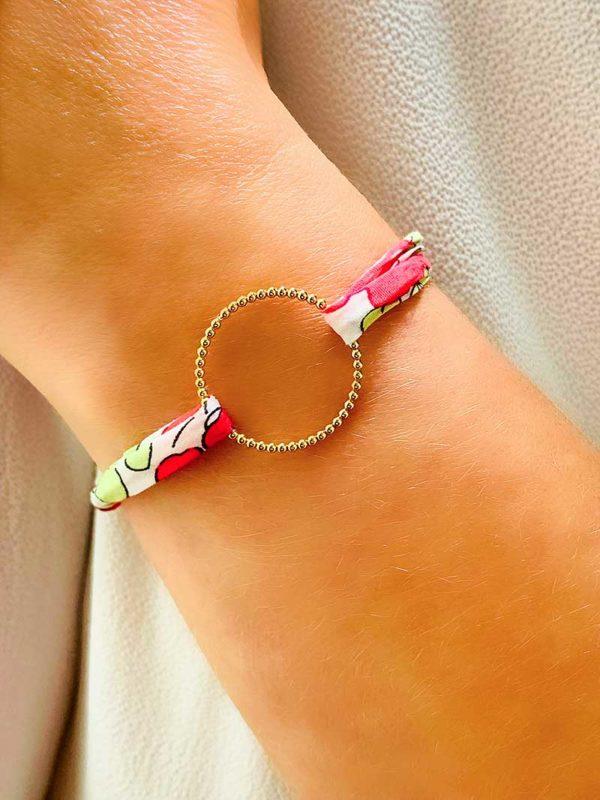 Vue de face gros plan poignet avec bracelet cordon et un cercle en forme de petites boules en plaqué or, et un cordon Liberty. Bracelet réglable et choix de couleur de cordon