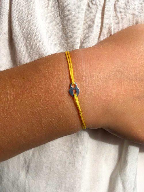 Vue de face gros plan poignet avec bracelet cordon Petit Secret Collection bracelets pour enfant