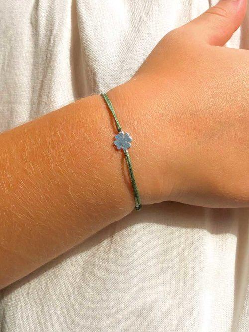 Vue de face gros plan bracelet cordon enfant avec un trèfle en argent Bijoux Fantaisies