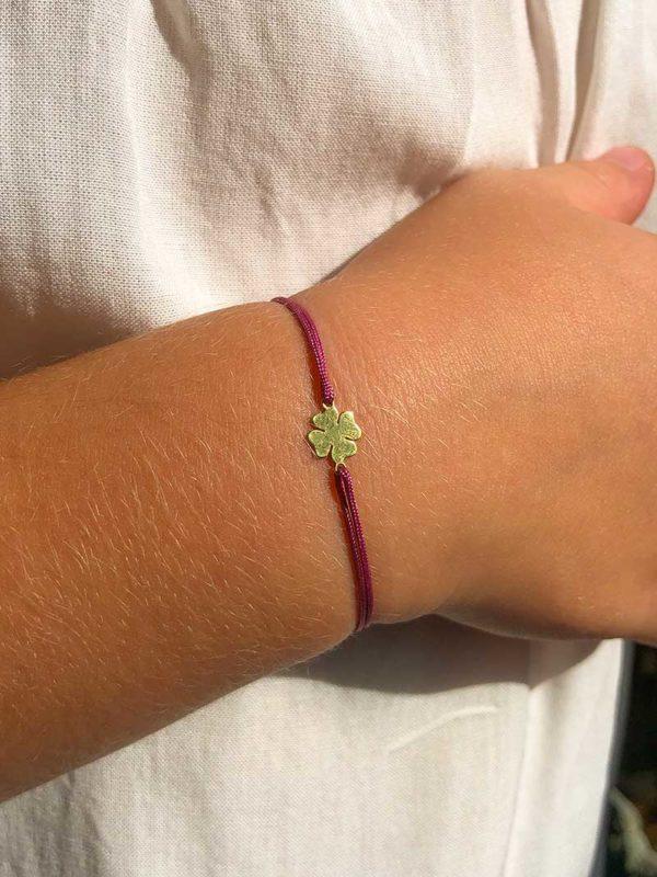 Vue de face gros plan bracelet cordon enfant avec un trèfle en plaqué or Bijoux Fantaisies